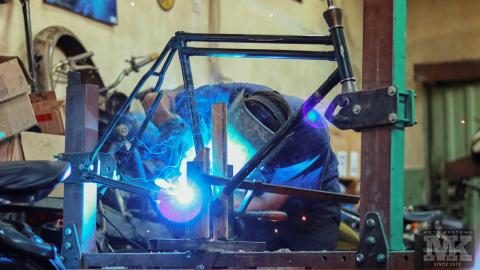 Мото Къстъмс-изработка на рамка за следващ проект-заваряване-Harco machine-стенд за рамки