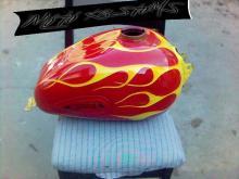 резервоар на мотоциклет с пламъци
