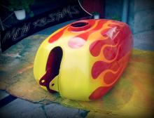резервоар на мотоцикелт с пламъци